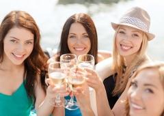 junge Frauen mit Wein, mit Freunden anstoßen, Wein Livestyle